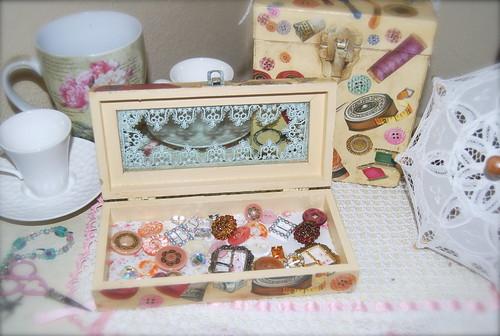 Caja madera abierta con cosas