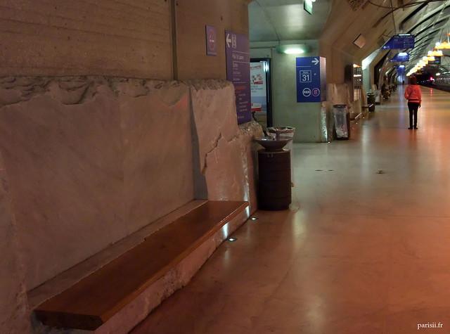 Un banc du quai pour attendre le train