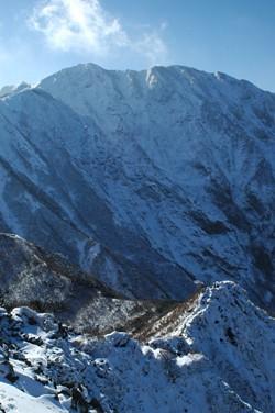 三鈷峰より望む北壁