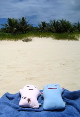 Trying to get a tan on Culebra! (Spok-spok) Tags: sanfrancisco travel urban cute beach smile boston fun toy happy design robot cool soft sweden puertorico designer vinyl swedish plush softie lapland cuddly kawaii plushie giggling spok designertoy designerplush spoks dotdotdash spokspok