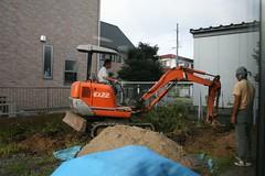 ユンボで土を掘り起こす