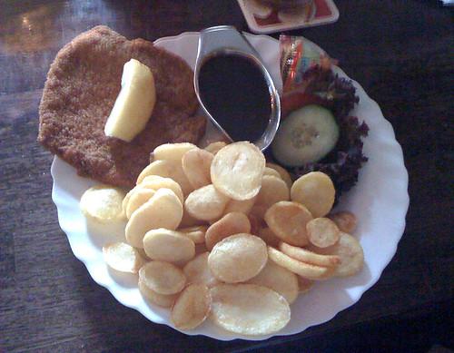 Schnitzel mit Bratkartoffeln - Café Emaille