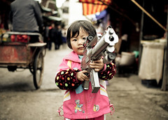 (Crl) Tags: china girl club canon toy asia gun child teddy market scope chinese sigma weapon keep  yunnan oldtown lijiang luckys    30mm   50d ctrippic