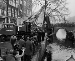 01-30-1959_15669 Prinsengracht (IISG) Tags: auto car amsterdam work canal workers traffic accident labor parking labour worker werk brandweer ongeluk arbeid gracht occupations parkeren verkeer vervoer professions beroepen benvanmeerendonk