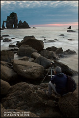 LA ESPERA DEL FOTOGRAFO - THE WAIT OF THE PHOTOGRAPHER (AKETXE - www.canonikos.com) Tags: sunset sea sun sunrise canon eos mar sand arena tamron angular bizkaia bakio sanjuandegaztelugatxe 1750mm 450d mywinners sescape bakiohondartza