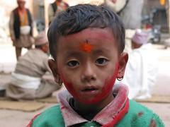 Petite fille (e y e / s e e) Tags: nepal portrait girl kid paint peinture cp enfant fille tika roundtheworld bhaktapur npal tourdumonde grandvoyage