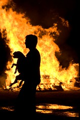 Mi perro  a salvo. (Hogueras de San Juan) (Fotografia Diselgraf) Tags: espaa contraluz lafotodelasemana spain perro sanjuan silueta fuego zamora hoguera diselgraf lfs062007