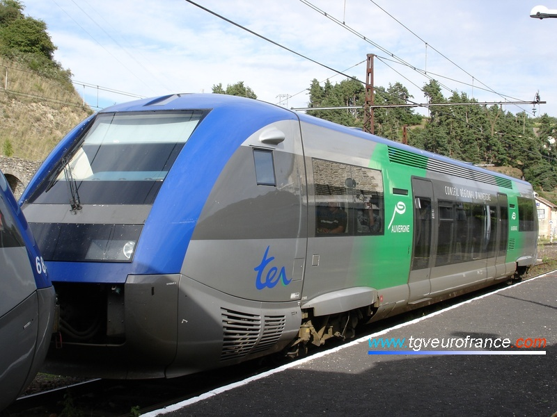 "The ATER X 73695 (X73500 series) Diesel railcar in the ""Région Auvergne"" livery"