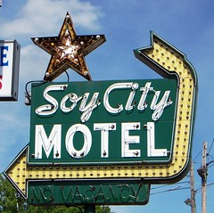 Decatur, IL Soy City Motel sign (army.arch) Tags: sign bulb neon motel il arrow decaturillinois oldneon