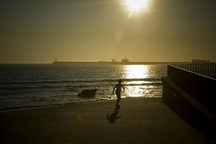 Sunset skater (trazmumbalde) Tags: sunset sea seascape portugal silhouette backlight contraluz mar kid pessoas europe paisagem porto skate matosinhos