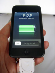 De datum en tijd staan al goed ingesteld. Ook is de schermtaal meteen al Nederlands. De connector onderin beeld is een retractable iPod-kabel, waarmee ik de iPod touch alvast oplaadt.