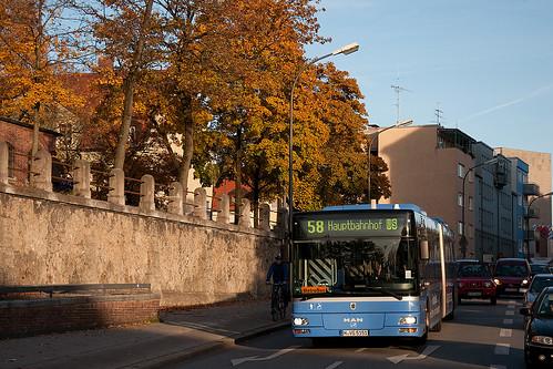 Wagen 5201 mit verwirrendem Kennzeichen rollt gemächlich zum Kolumbusplatz hinab