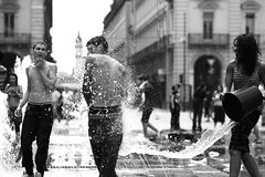La Forma dell'Acqua (Knrad) Tags: water torino eau wasser dof splash acqua turin piazzacastello fontane cestino schizzi gavettoni ultimogiornodiscuola af85mmnikkorf18 corradogiulietti
