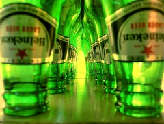 The Green Mile (pearmax) Tags: verde green beer glass argentina heineken bottle bottles drink cerveza vert bier cerveja birra glas hdr grne vidrio lager botella bire verte mardelplata biere verre vetro greenglass greenbottles mdq thegreenmile botellas hnk berdea nomen thinkgreen cerveija dscs600 pensaenverde pearmax agosto2007 botellasverdes