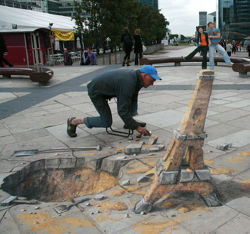 Julian Beever Creates 3D Art on Sidewalks (Photo: HMHung)