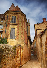 The tall house in the alley (David Giral | davidgiralphoto.com) Tags: house david france architecture de town alley nikon bravo europe small dordogne villages historic tall d200 beaux perigord belves giral nikond200 magicdonkey belvs 18200mmf3556gvr plusbeauxvillagesdefrance holidaysvancanzeurlaub francelandscapes