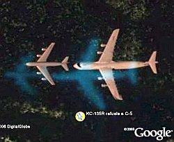 Avión repostando en pleno vuelo