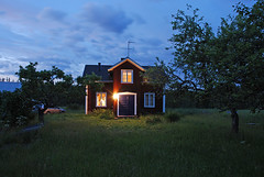 Country House at Dusk II (halinge) Tags: house home lamp grass night volvo nikon sweden dusk schweden cottage explore oldhouse sverige scandinavia homely 2007 zweden appletrees vrmland sude rootsi v40 summerhome d80 aplusphoto polarisationfilter 1870mmf3545gedifafsdxzoomnikkor sommartorp