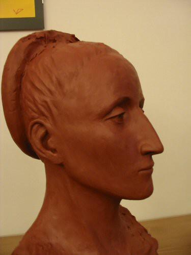 Sculpture en terre figurative vue de profil représentant la tête d' une femme avec les cheveux tirés en arrière et retenus par un serre-tête couvert d'un tissu d'après une peinture de Bronzino – Sandrine Vallée