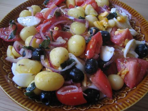 Krieltjes salade met tomaten, olijven en kappertjes