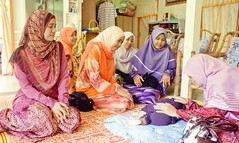 Malay family : Family Visit (Taqi) Tags: family baby love rural happy women muslim eid hijab highkey raya muslims familyvisit kampung tone aidilfitri melayu malay terengganu happyfamily keluarga familyvalue traditionalmalay traditionalfamily flowersofislam keluargamelayu studyingfamily sociologyfamily