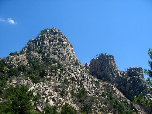 Un peu au-dessus du col 850 m: pointe 1182m et l'aiguille Sud