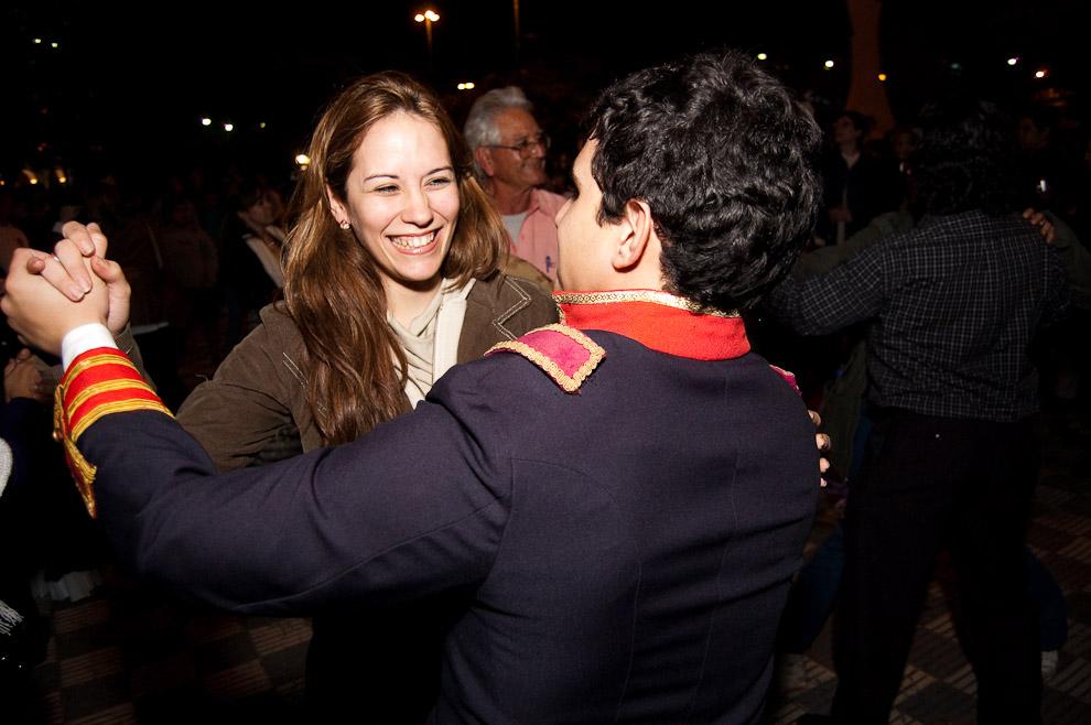 Baile en la fiesta popular luego de la finalización del canto del Himno Nacional, el público participó del baile con los actores. (Asunción, Paraguay - Elton Núñez)