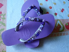 sandlia com macrame e miangas coloridas (E l i a n a R e i n a l d o) Tags: flor bolsa macrame pintura croche grampada crochedegrampo
