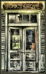 Funk's Grove (K2D2vaca) Tags: door wood old wooden illinois decay rustic il funksgrove centralillinois welcomeall k2d2vaca