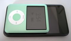Een iPod Nano bovenop de iPod Touch. Qua breedte niet zo heel verschillend, maar het scherm van de Touch is een stuk groter.