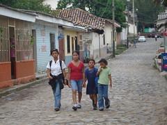 NIAS CAMINANDO AL CENTRO, Fundacion AMBOS,ONG. (Patty..) Tags: de calle honduras nias casas sabanagrande piedra tejas tipicas