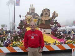 Tournament of Roses Parade 'The Garden of Oz' float (jeff_soffer) Tags: california flowers flower color film colors catchycolors colorful unique scarecrow parade movies pasadena float multicolored 2009 tinman gardenofoz thewizardofoz motionpictures tournamentofroses rosebowlfloat thewizard january2009 bayeradvanced 2009rosebowlparadefloat