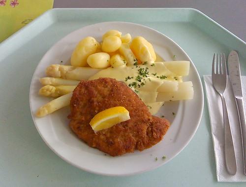 Schnitzel, Spargel & Sauce Hollondaise