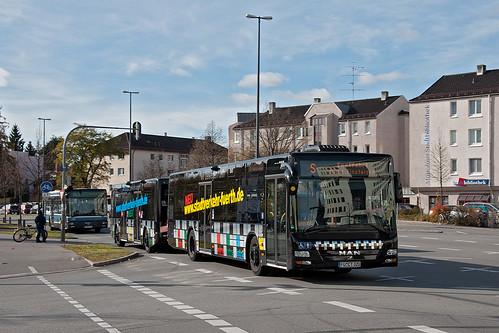 Der Fürther Buszug auf Probefahrt in München: Am Olympia-Einkaufszentrum startet er seine Fahrt auf dem Linienweg der Metrobuslinie 60.