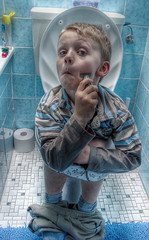 hammerhead shark shave (ozma) Tags: blue boy childhood bathroom 350d kid child kind shaving shave rebelxt blau finn boyhood hammerheadshark junge imitation 2007 kindheit hammerhai rasieren rasur krs10