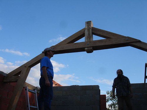 Roof beam up - thanks Maurice !