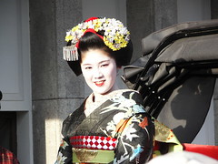 Geisha / Maiko (canadamike808) Tags: flowers white girl beautiful smile smiling festival japan hair japanese costume women kyoto asia beijing culture makeup maiko geisha kimono gion kansai traditionalcostume japanesegirl higashi memoirsofageisha  kyotoshi beautifuljapanesegirl tsunemomo