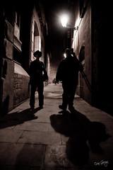 Ombres als carrerons (B&W) (Òscar Garriga) Tags: barcelona street two bw white black blanco calle europa shadows sony negro bcn catalonia catalunya alpha vella barrio sombras carrer ciutat ombres gotico gotic barri ciutatvella a700 callejuelas carrerons sortidazz macropixel fuscor bretoart