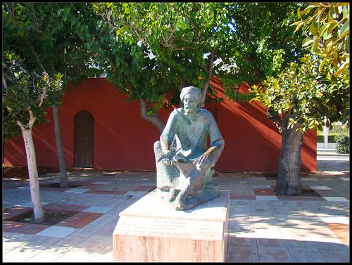 Estatua junto a Castillo de Bil Bil