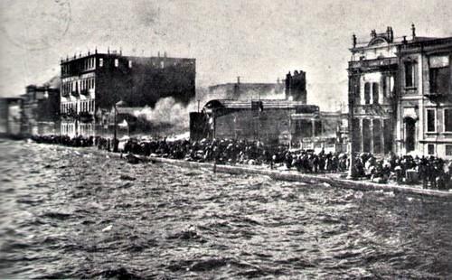 Yanan binalar ve deniz arasında kalan kurbanlar