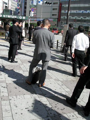 日本不能邊走邊抽煙,所以一群上班族都停著抽煙