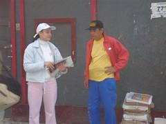 Nossa promotora entregando o jornal perto da estação Para�so