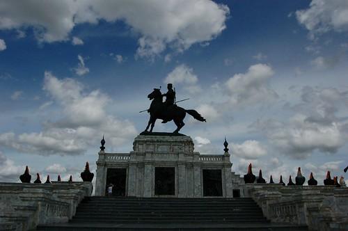 ニワトリ広場の銅像