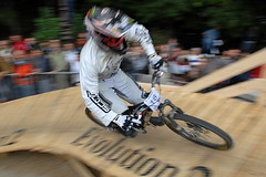 (Hughes Léglise-Bataille) Tags: paris france color sports bike bicycle speed nikon photojournalism montmartre downhill d200 panning vtt 2007 uci top20sports descente