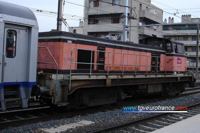 Vue d'une locomotive thermique BB63500 manœuvrant à Marseille Saint-Charles