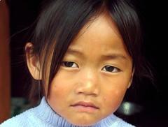 Local girl (Linda DV) Tags: travel portrait people barn children geotagged kid child bhutan kind criana himalaya enfant nio 2007 dziecko bambino    lapsi wangdiphodrang copil dijete  dt    nobding wangduphodrang lindadevolder