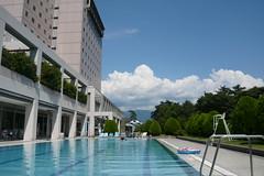 プールとホテルと入道雲