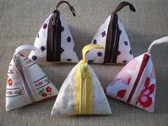 Mais um pouco... (Flor de Retalho) Tags: tecido costura bolsinha acessrio portamoeda portanquel tecidoestampado artesanatocomtecido florderetalho portamoedastriangular