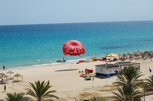 Tacky tourist resort of Hammamet Yasmine, nice beach though por Annabel Sheppey.