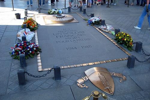 Paris: Arc de Triomphe de l'Étoile - La tombe du soldat inconnu par wallyg